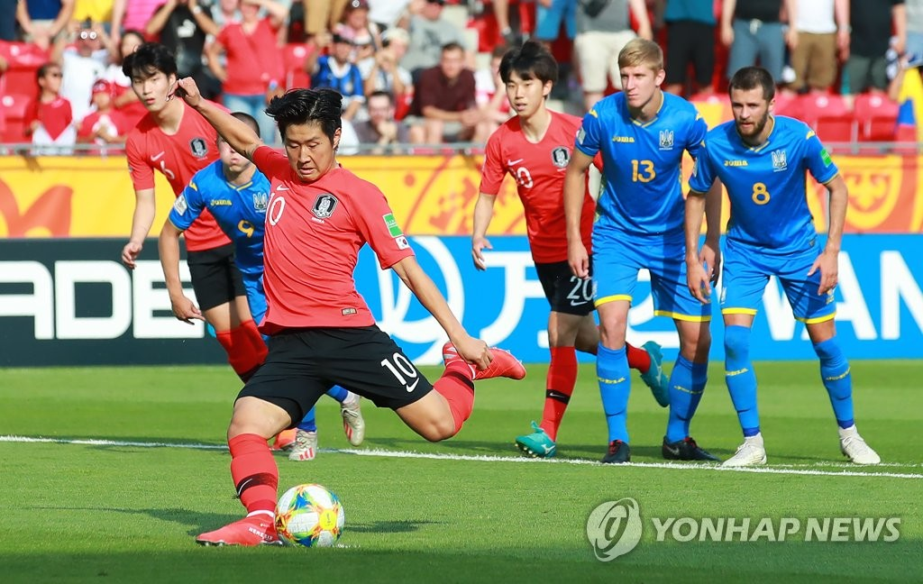 Lee Kang-in of South Korea takes a penalty against Ukraine in the FIFA U-20 World Cup final at Lodz Stadium in Lodz, Poland, on June 15, 2019. (Yonhap)