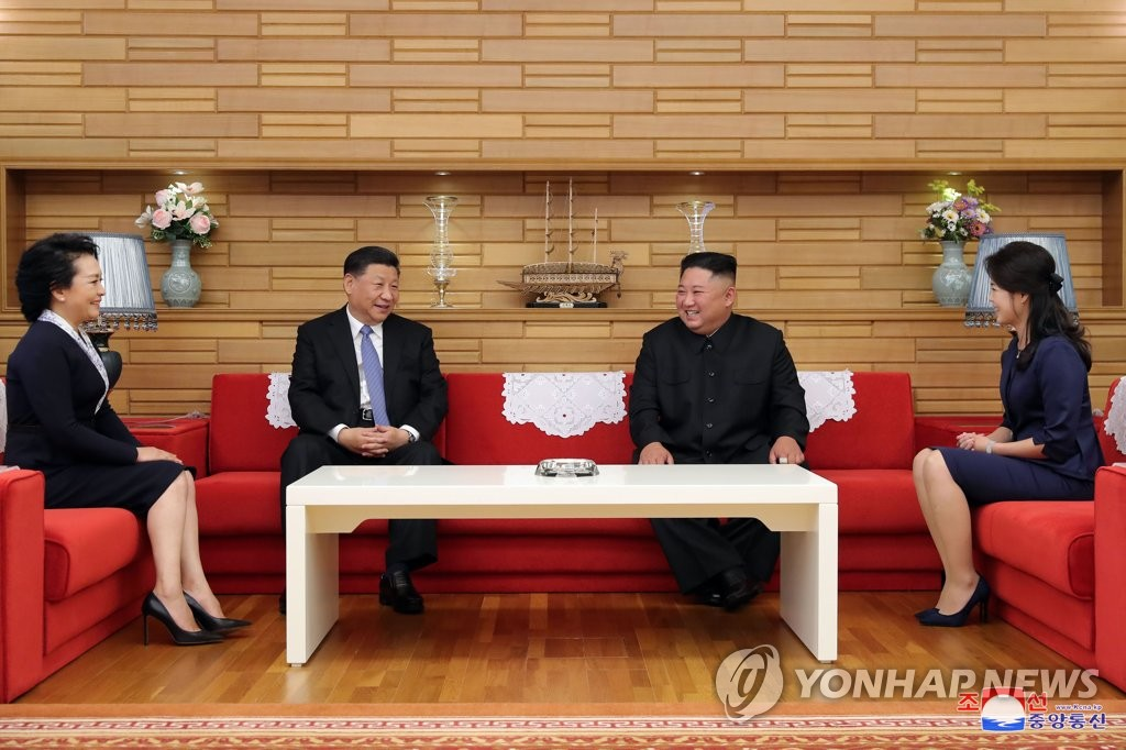 Chinese President Xi Jinping (2nd from L) and his wife Peng Liyuan (far L) chat with North Korean leader Kim Jong-un (2nd from R) and his wife Ri Sol-ju prior to summit talks between the leaders of the two countries in Pyongyang on June 20, 2019, in this photo released by the North's official Korean Central News Agency. (For Use Only in the Republic of Korea. No Redistribution) (Yonhap)