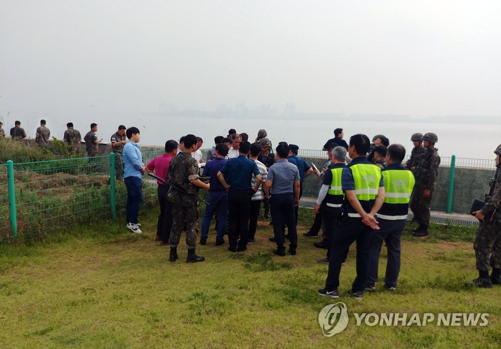 Military officers launch an on-site investigation near an expressway service area in the city of Dangjin, South Chungcheong Province, on July 17, 2019, after an unidentified object that appeared to be a periscope was spotted moving in the Yellow Sea earlier in the day. (Yonhap)