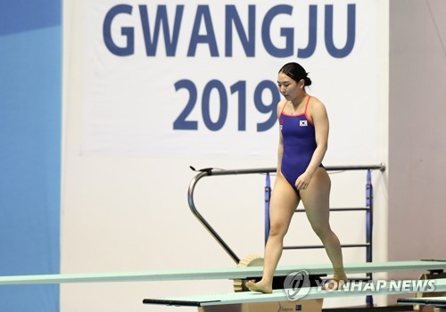 South Korean diver Kim Su-ji prepares for an attempt during the preliminary of the women's 3m springboard at the FINA World Championships at Nambu University Municipal Aquatics Center in Gwangju, 330 kilometers south of Seoul. (Yonhap)
