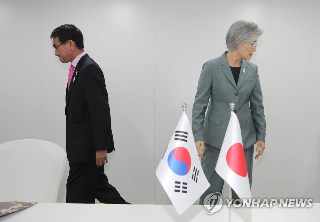 South Korean Foreign Minister Kang Kyung-wha (R) and her Japanese counterpart Taro Kono return to their seats after a handshake ahead of their bilateral talks held on the margins of the ASEAN Regional Forum in Bangkok, on Aug. 1, 2019, amid a deepening trade and political row. (Yonhap)