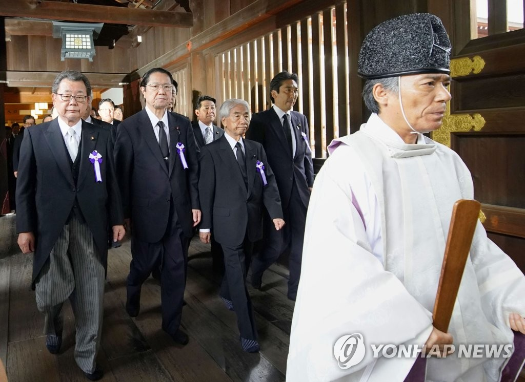 Japanese lawmakers pay a visit to Tokyo's Yasukuni Shrine on Aug. 15 in his Kyodo News photo. (Yonhap)