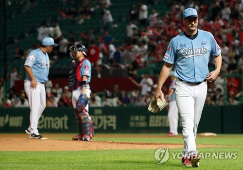 Lotte Giants pitcher leaves mound