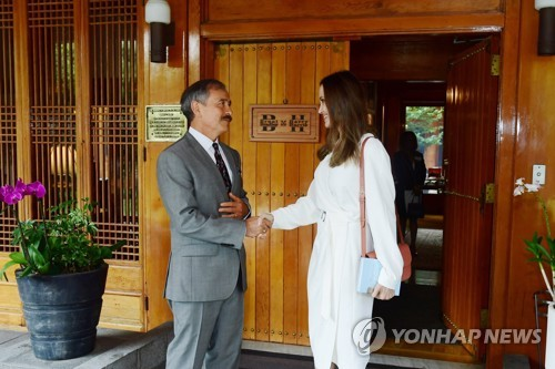 U.S. envoy meets Hollywood actress