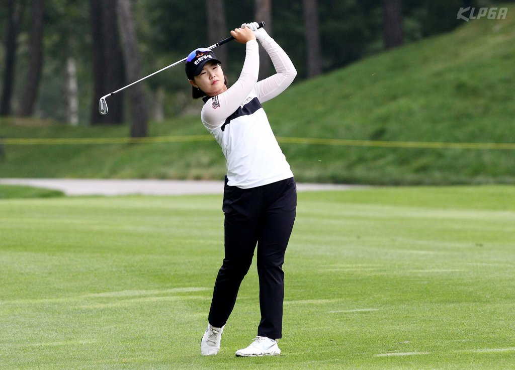 Lim Hee-jeong takes iron shot on 9th hole