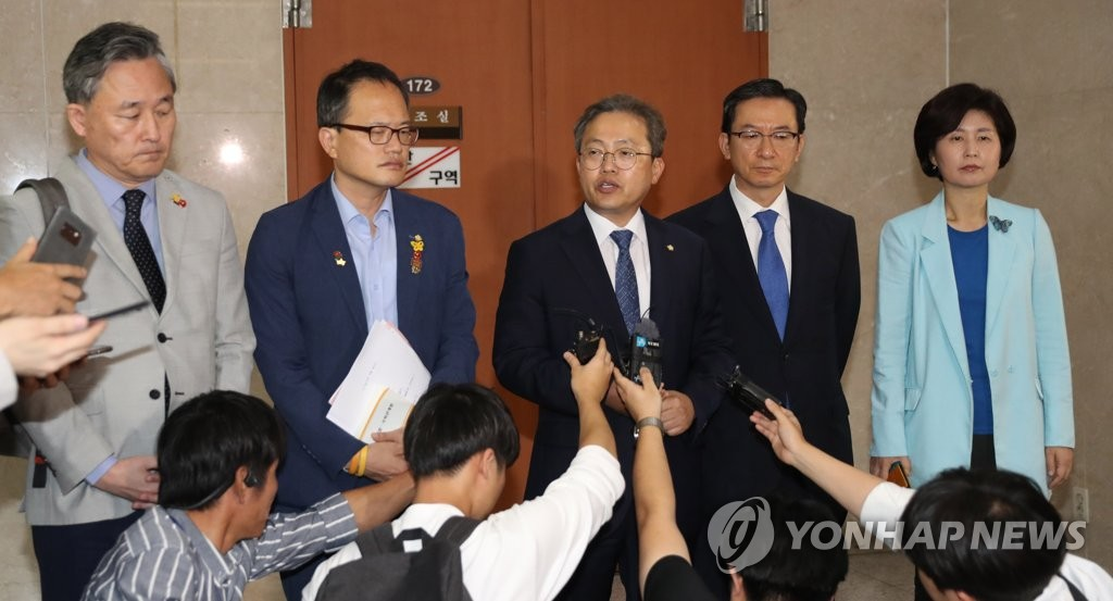 Ruling Democratic Party (DP) lawmakers on the parliamentary legislation committee hold a press briefing at the National Assembly in Seoul on Sept. 2, 2019, over a confirmation hearing for Justice Minister nominee Cho Kuk. (Yonhap)