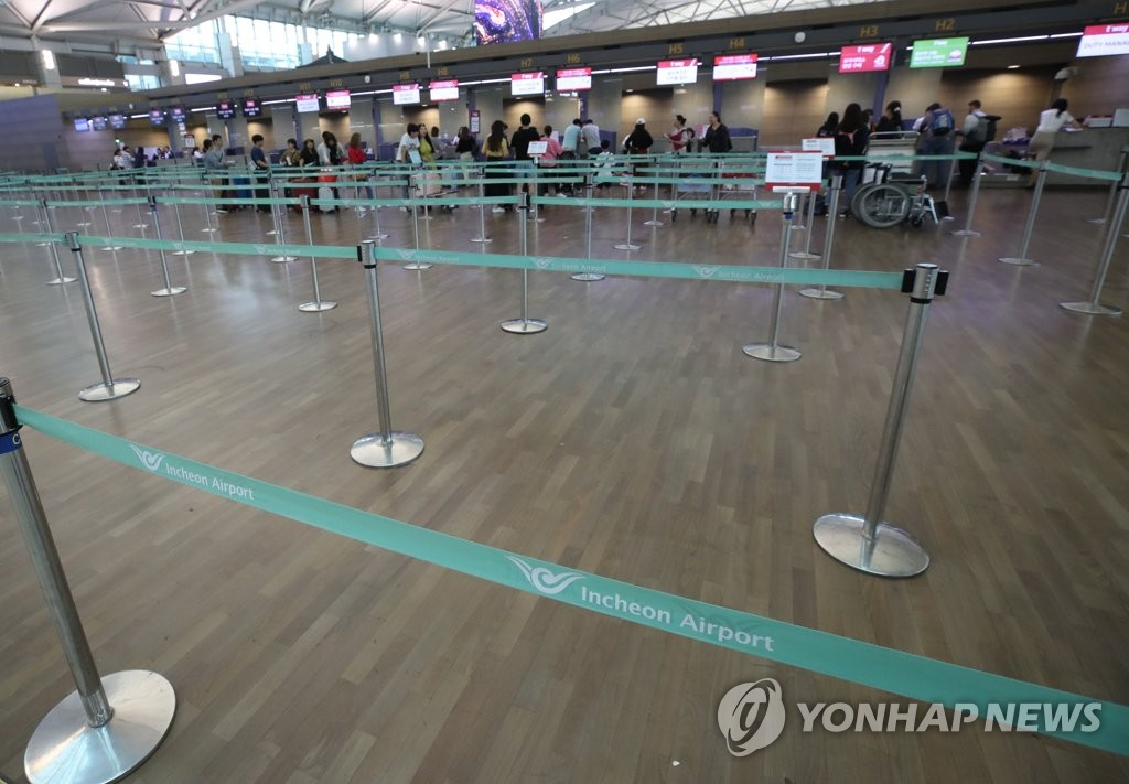 This photo, taken on Sept. 4, 2019, shows a relatively small number of travelers checking in for flights to Japan at Incheon International Airport, west of Seoul. (Yonhap)