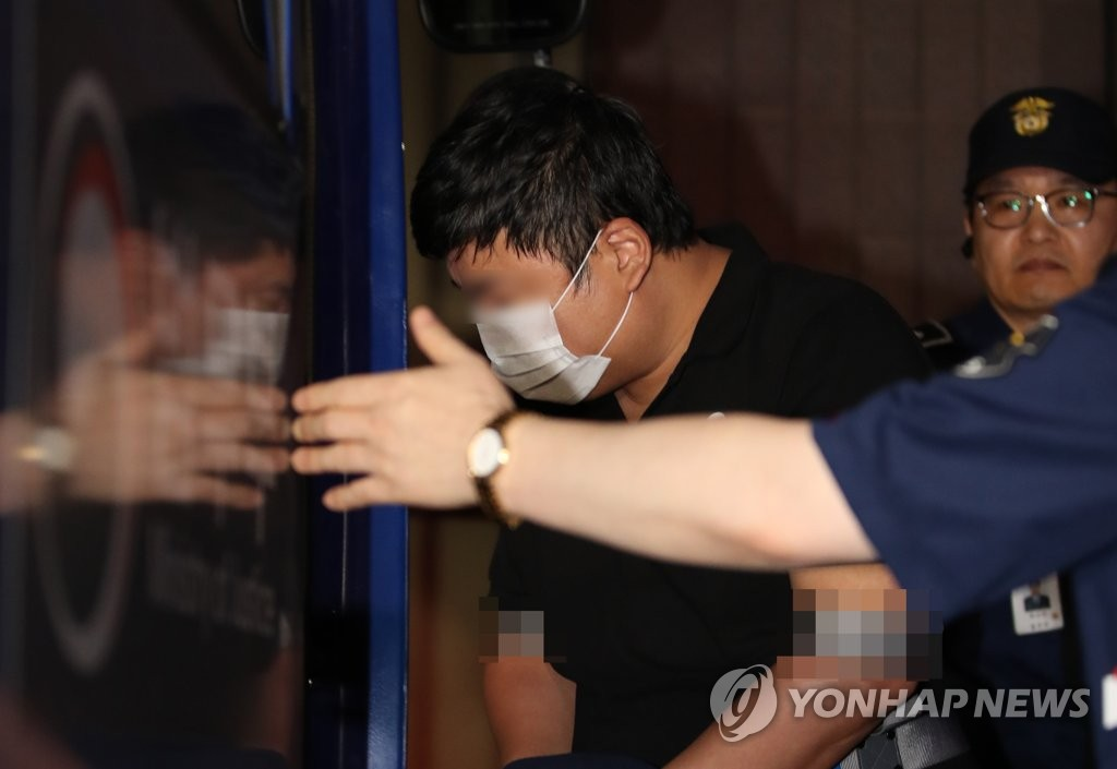 Prosecution requests arrest of Cho Kuk's relative