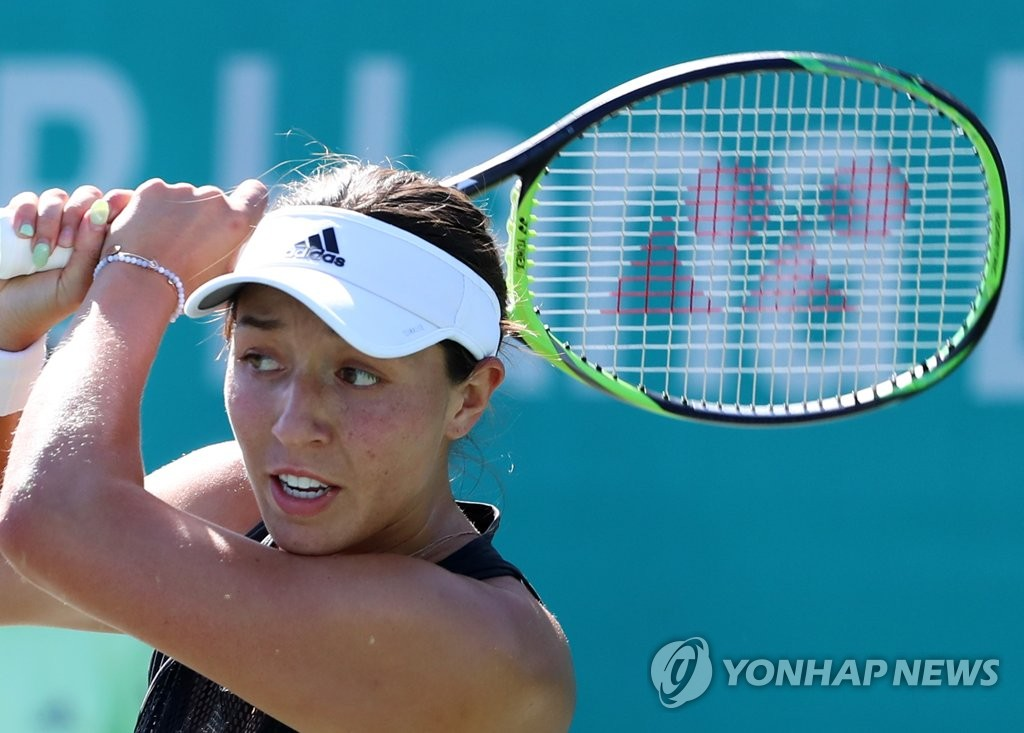 Jessica Pegula of the United States hits a shot against Ysaline Bonaventure of Belgium during their first-round women's singles match at the Korea Open at Olympic Park Tennis Center in Seoul on Sept. 16, 2019. (Yonhap)