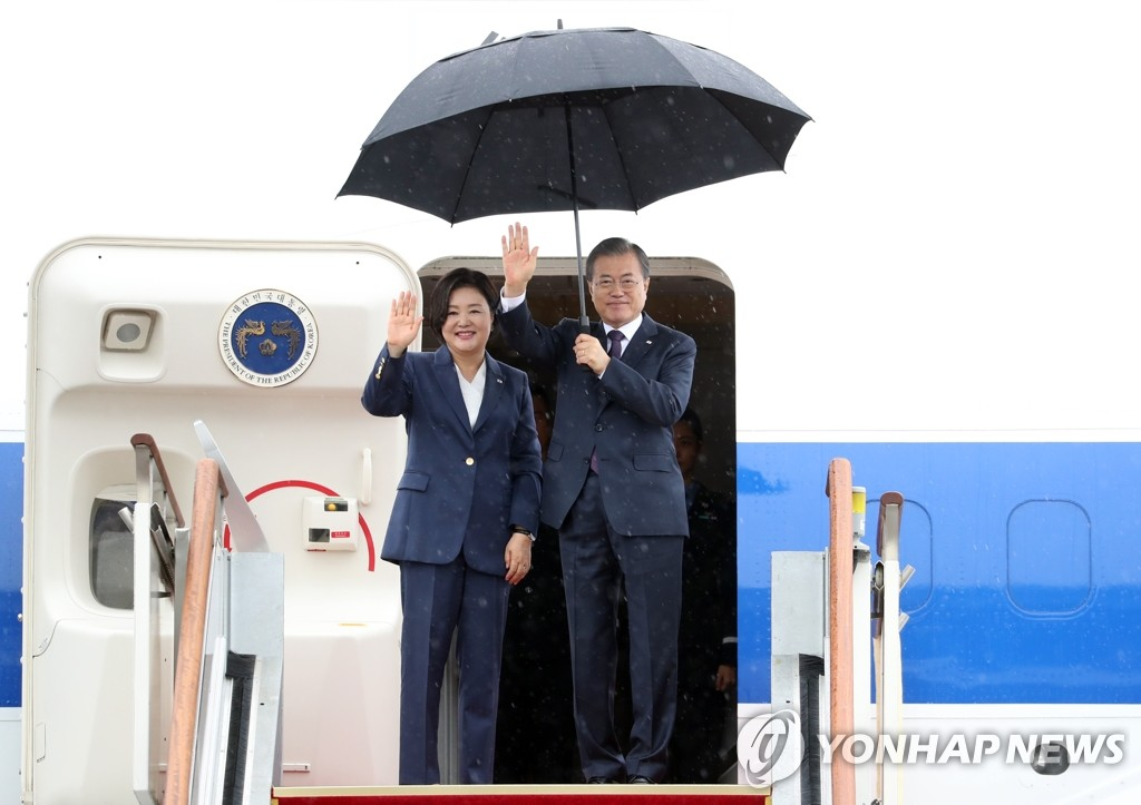 President Moon Jae-in and first lady Kim Jung-sook wave ahead of their departure for New York from Seoul Air Base on Sept. 22, 2019. (Yonhap)