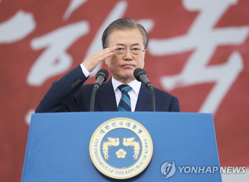 문 대통령, 국군의 날 '경례'