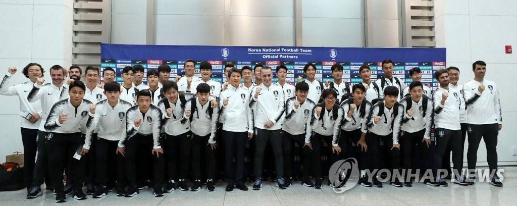 Members of the South Korean men's national football team pose for photos at Incheon International Airport, west of Seoul, on Oct. 13, 2019, before departing for Pyongyang, via Beijing, for a World Cup qualifying match against North Korea. (Yonhap)