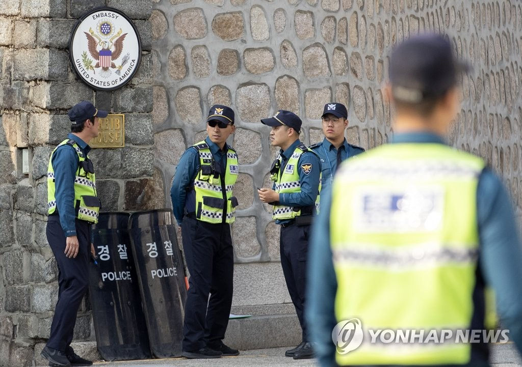Police officers guard the exterior of the U.S. ambassador's residence in central Seoul on Oct. 20, 2019. (Yonhap)