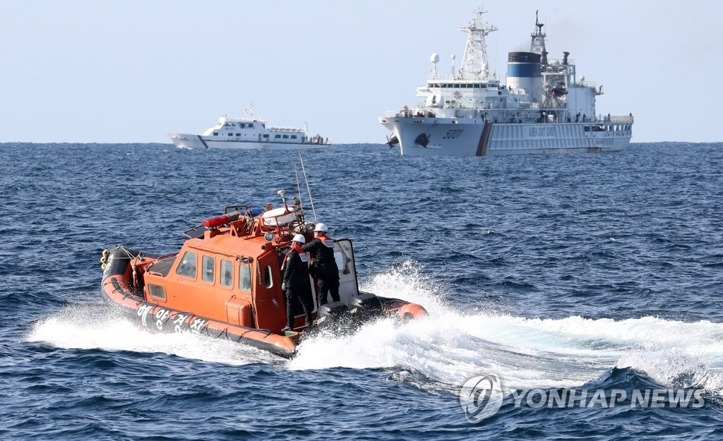 A search and rescue operation is under way on Nov. 2, 2019, near South Korea's easternmost islets of Dokdo over the crash of a chopper that occurred two days earlier, with seven people aboard. (Yonhap)