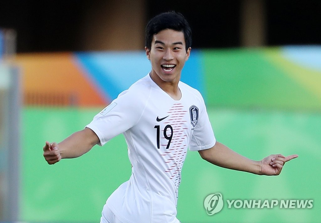 Paik Sang-hoon of South Korea celebrates his goal against Chile in Group C action at the FIFA U-17 World Cup at Estadio Kleber Andrade in Cariacica, Brazil, on Nov. 2, 2019. South Korea beat Chile 2-1 to clinch a spot in the round of 16. (Yonhap)