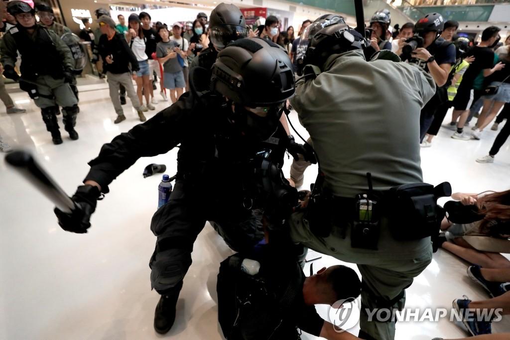 홍콩 시위자 구타하는 홍콩 경찰