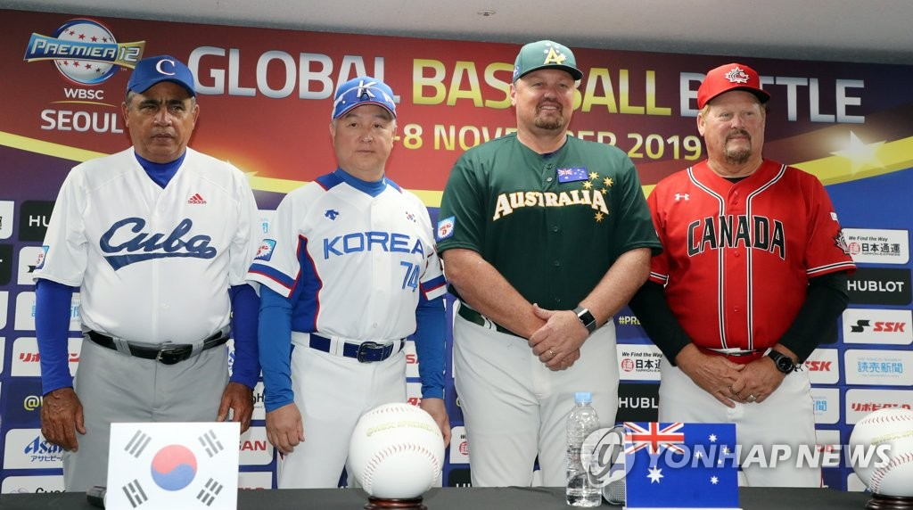 Managers for the four countries competing in Group C of the Premier12 baseball tournament pose for pictures during their press conference at Gocheok Sky Dome in Seoul on Nov. 5, 2019. From left: Miguel Borroto of Cuba, Kim Kyung-moon of South Korea, Dave Nilsson of Australia and Ernie Whitt of Canada. (Yonhap)