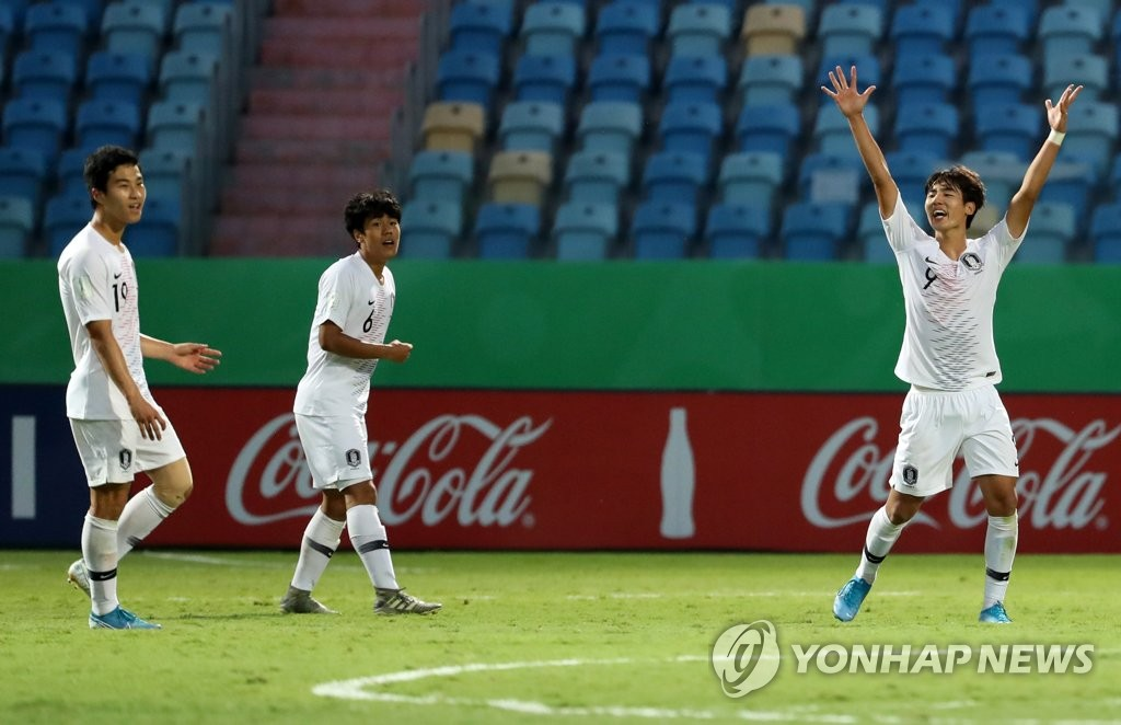 South Korean players celebrate their 1-0 victory over Angola in the round of 16 at the FIFA U-17 World Cup with his teammate Oh Jae-hyeok at Estadio Olimpico in Goiania, Brazil, on Nov. 5, 2019. (Yonhap)