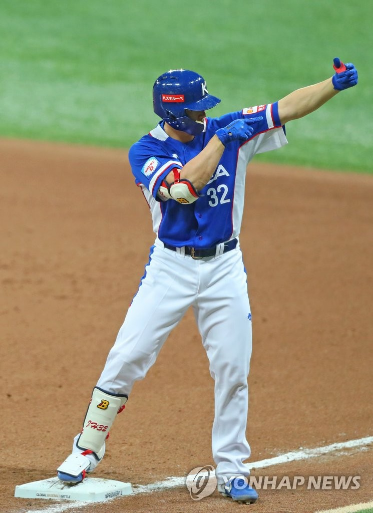 Kim Jae-hwan of South Korea celebrates his two-run single against Canada in the top of the sixth inning of the teams' Group C game at Gocheok Sky Dome in Seoul on Nov. 7, 2019. (Yonhap)