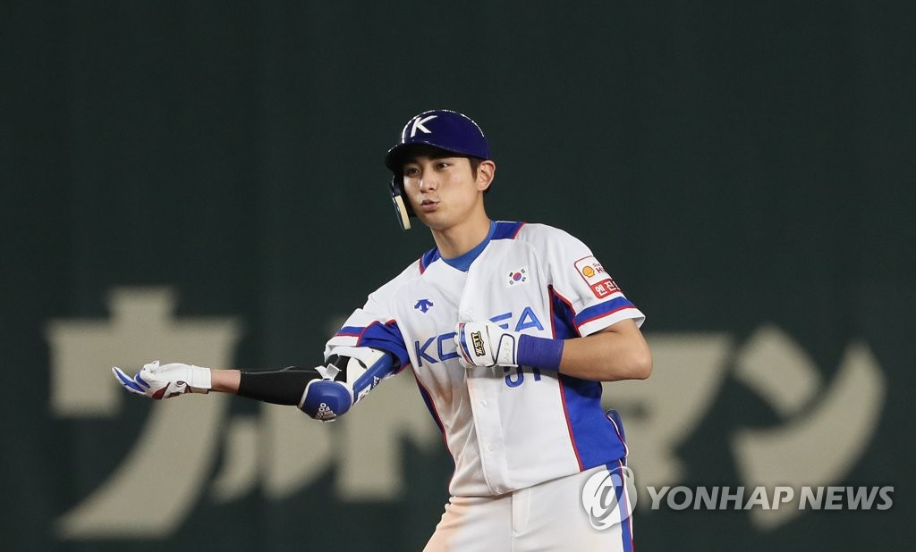 Lee Jung-hoo of South Korea celebrates his RBI double against the United States in the bottom of the seventh inning of the teams' Super Round game at the World Baseball Softball Confederation (WBSC) Premier12 at Tokyo Dome in Tokyo on Nov. 11, 2019. (Yonhap)