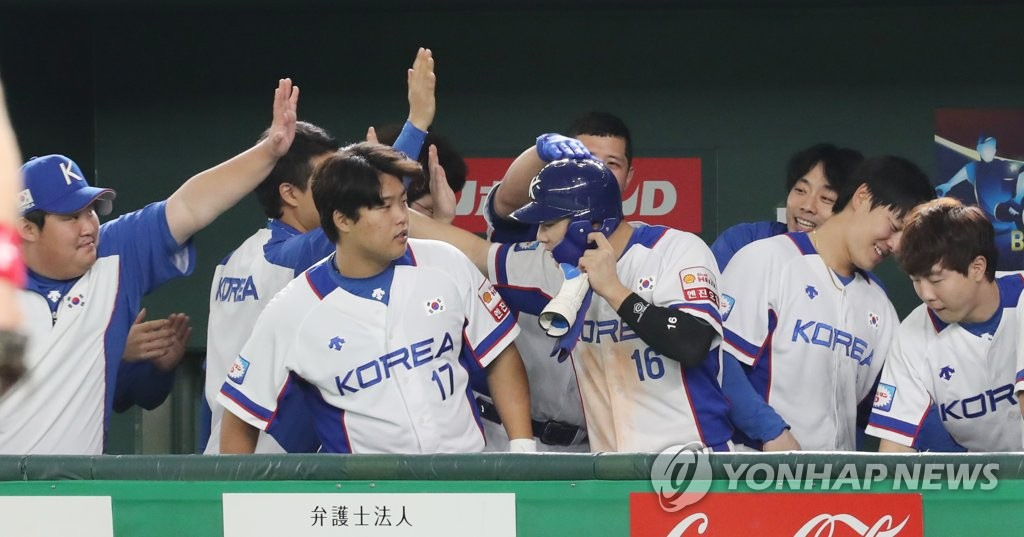 Kim Ha-seong of South Korea (C, No. 16) is congratulated by his teammates after scoring a run in the bottom of the seventh inning of the teams' Super Round game at the World Baseball Softball Confederation (WBSC) Premier12 at Tokyo Dome in Tokyo on Nov. 11, 2019. (Yonhap)