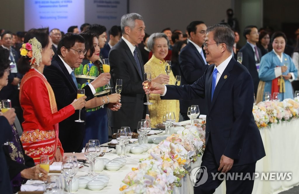 President Moon Jae-in (front R) raises his glass to offer a toast during a welcoming banquet he hosted for the leaders of ASEAN member states attending the ASEAN-Republic of Korea Commemorative Summit in Busan, on Nov. 25, 2019. (Yonhap)
