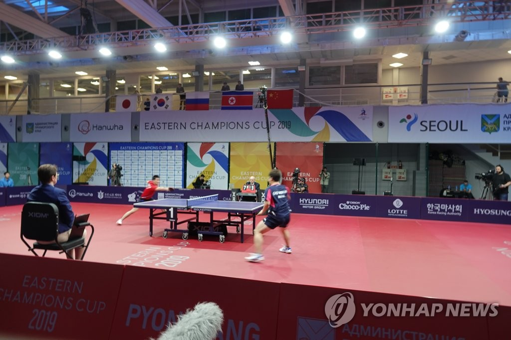 Athletes from Seoul and Pyongyang play table tennis during the Eastern Champions Cup held at the Vladivostok State University of Economics and Service on Nov. 27, 2019. (Yonhap)