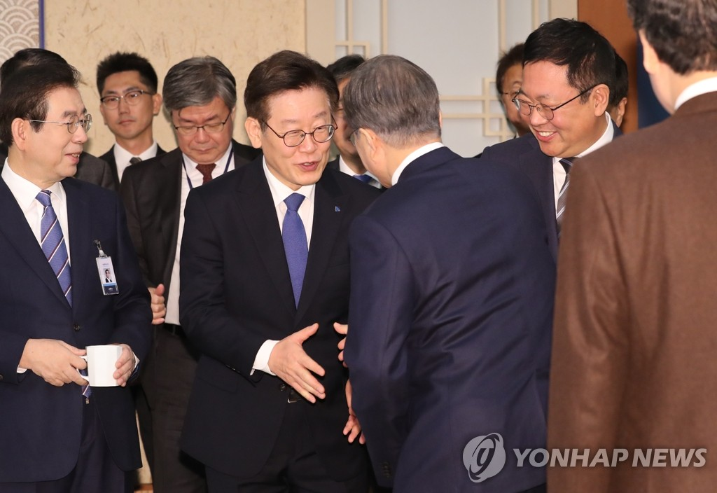 President Moon Jae-in (3rd from R) greets Gyeonggi Gov. Lee Jae-myung ahead of a Cabinet meeting at Cheong Wa Dae in Seoul on Dec. 3, 2019. (Yonhap)