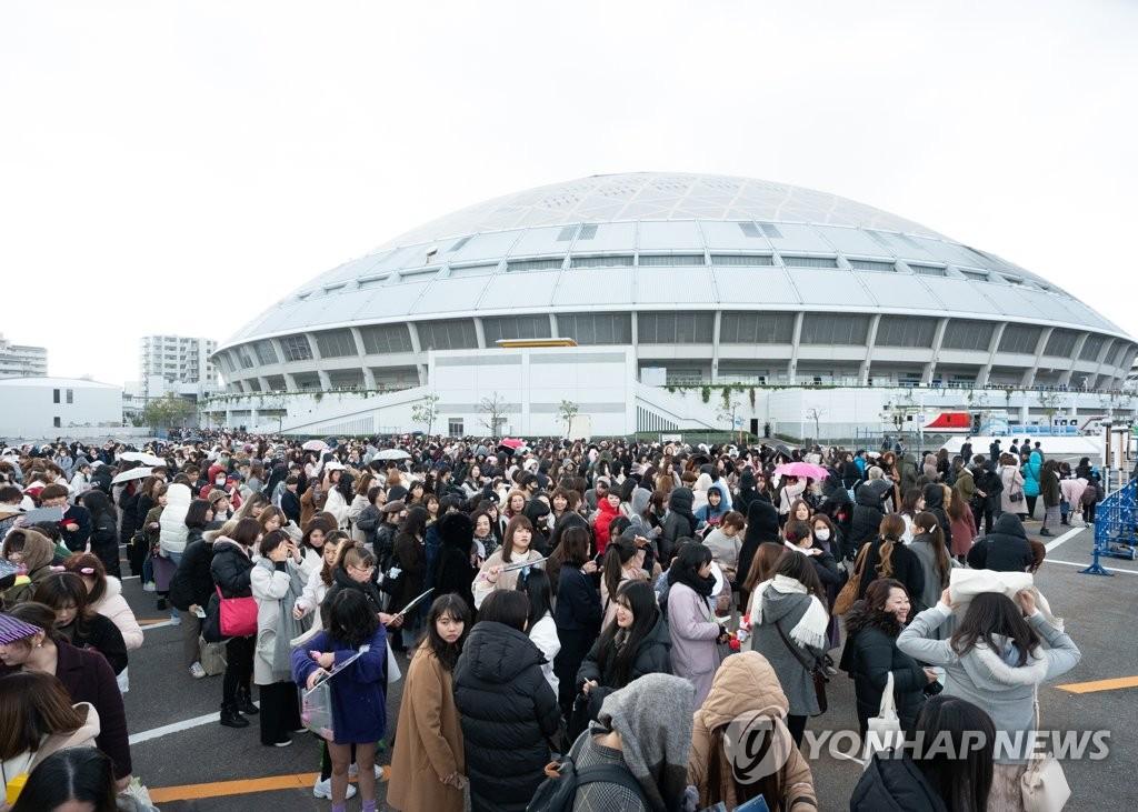 '2019 엠넷 아시안 뮤직 어워즈'(MAMA)가 열린 일본 아이치현 나고야돔 인근에 K팝 팬들이 줄을 서고 있는 모습.