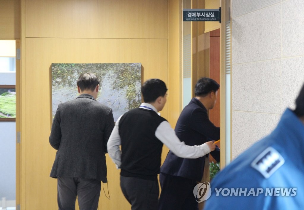 Public servants and police at Ulsan City Hall stand in front of Ulsan Vice Mayor Song Byung-gi's office as investigators from the Seoul Central District Prosecutors Office carried out a raid on Dec. 6, 2019. (Yonhap)