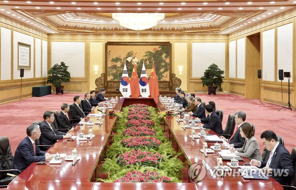 South Korean President Moon Jae-in and Chinese President Xi Jinping hold summit talks at the Great Hall of the People in Beijing on Dec. 23, 2019, joined by their senior aides. (Yonhap)