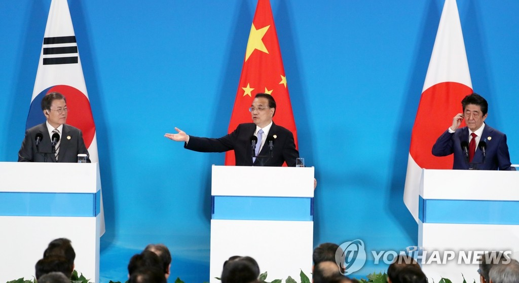 South Korean President Moon Jae-in (L), Chinese Premier Li Keqiang (C) and Japanese Prime Minister Shinzo Abe hold a joint press briefing on their summit results in the Chinese city of Chengdu on Dec. 24, 2019. (Yonhap)