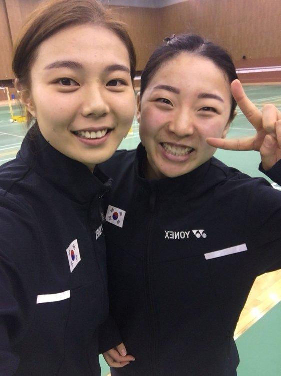 기념촬영 하는 배드민턴 여자복식 김소영(왼쪽)-공희용