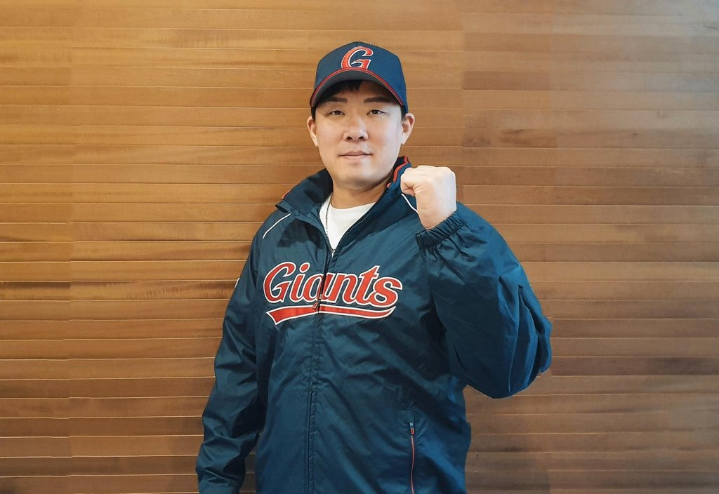This photo provided by the Lotte Giants on Jan. 6, 2020, shows the team's new second baseman, An Chi-hong, who signed a two-year free agent deal earlier in the day. (PHOTO NOT FOR SALE) (Yonhap)