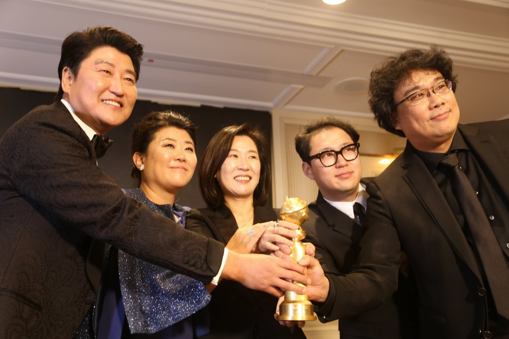 "Director Bong Joon-ho (R) and actor Song Kang-ho (L) pose after winning best foreign film for ""Parasite"" at the Golden Globe Awards in Los Angeles on Jan. 5, 2020. (Yonhap)"