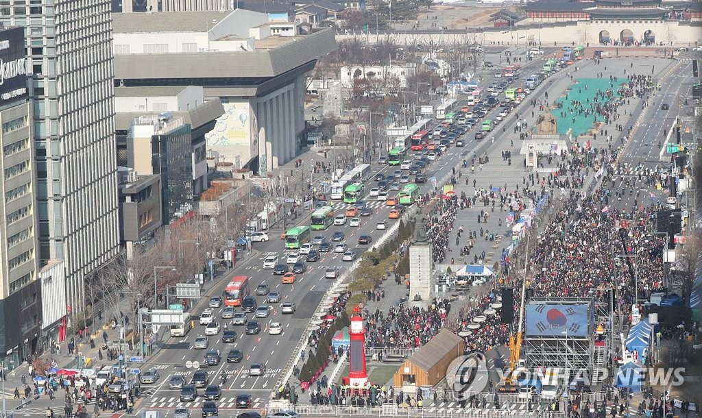 Members of conservative groups critical of President Moon Jae-in stage a rally on a large square in Gwanghwamun, central Seoul, on Jan. 11, 2020. (Yonhap)