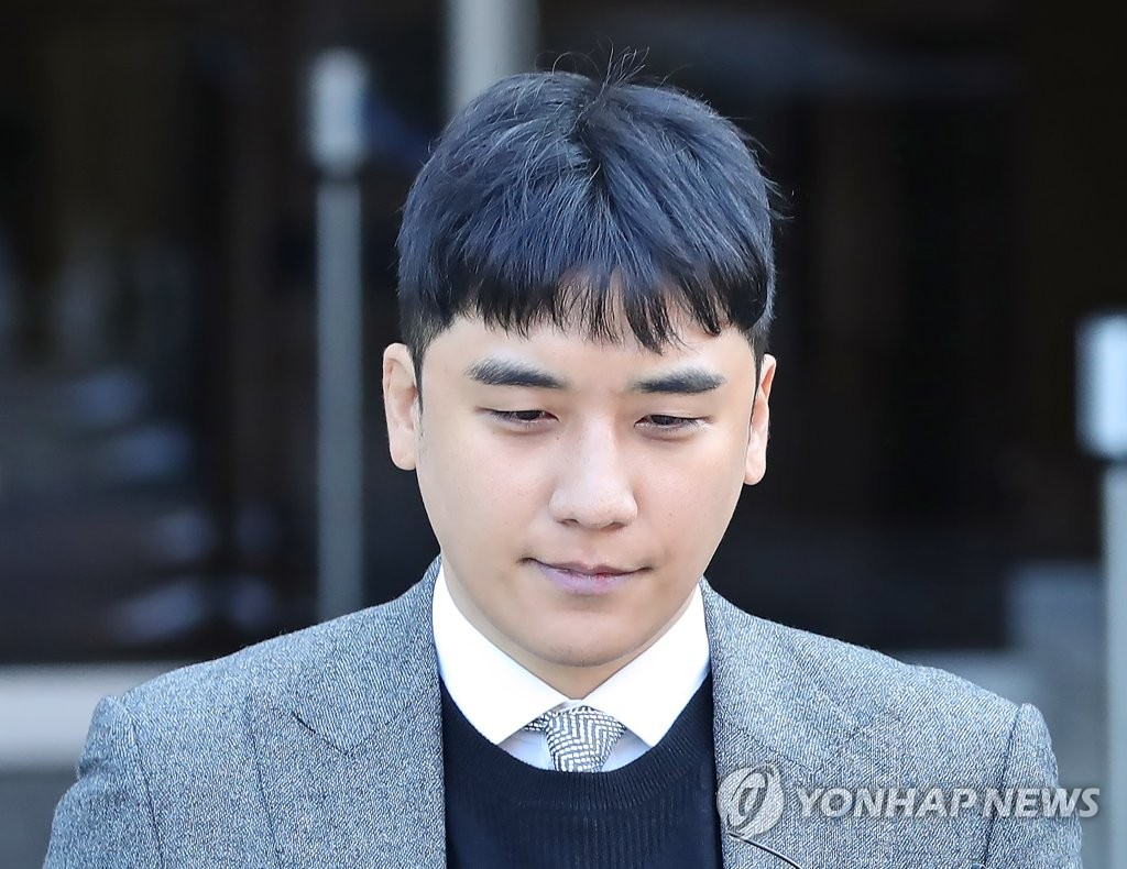 Seungri, a former member of popular boy band BIGBANG, leaves a court in Seoul on Jan. 13, 2020, after attending a hearing on the legality of his arrest over allegations of gambling in a hotel casino in Las Vegas and arranging sex services for investors. The court denied an arrest warrant for him. (Yonhap)
