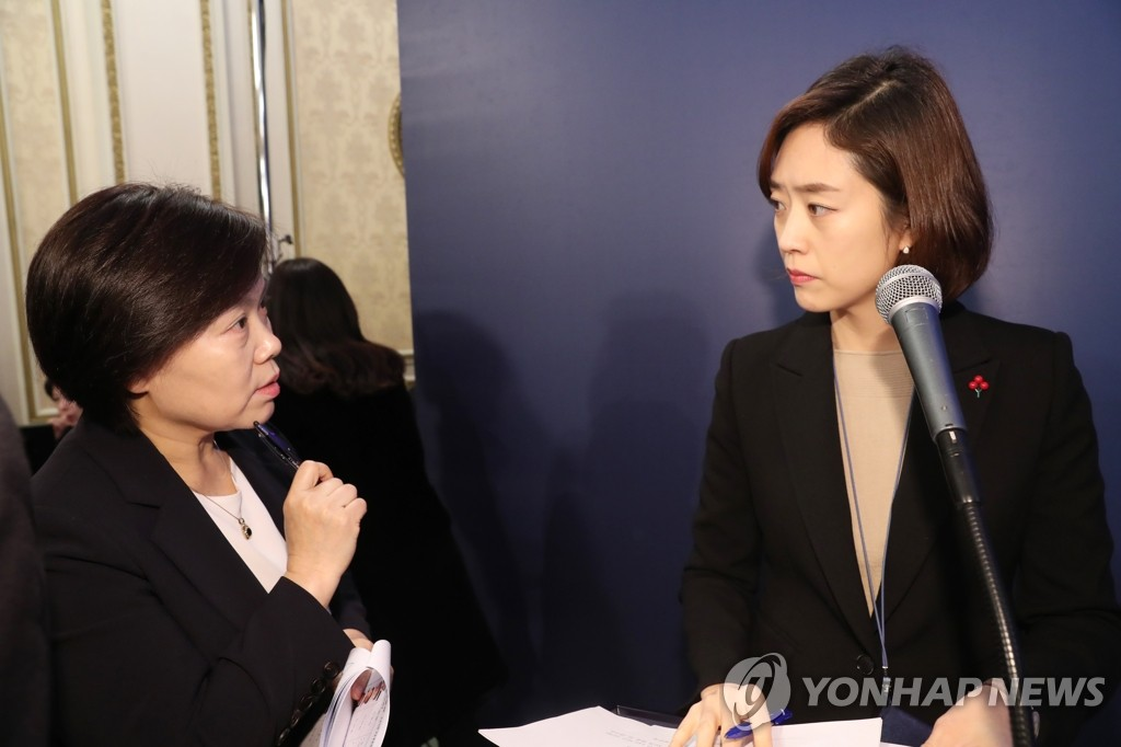 Cheong Wa Dae spokesperson Ko Min-jung (R) and Yoo Song-hwa, director of the Chunchugwan press center, are shown in this file photo. (Yonhap)