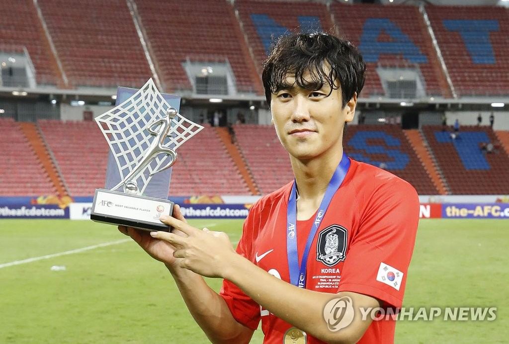In this file photo from Jan. 26, 2020, South Korean midfielder Won Du-jae poses with the MVP trophy for the Asian Football Confederation (AFC) U-23 Championship at Rajamangala Stadium in Bangkok. (Yonhap)