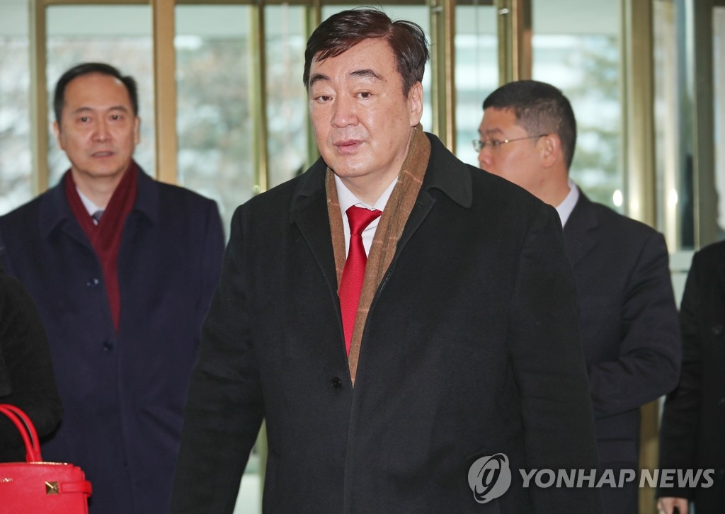 Chinese Ambassador Xing Haiming walks into the foreign ministry building in Seoul on Jan. 31, 2020. (Yonhap)