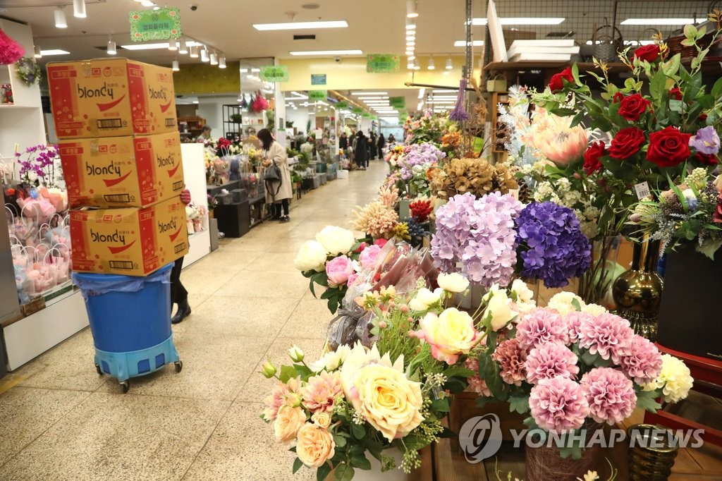 A flower wholesale market in southern Seoul that is usually busy due to graduation ceremonies during this time of the year is seen relatively empty on Feb. 5, 2020. (Yonhap)