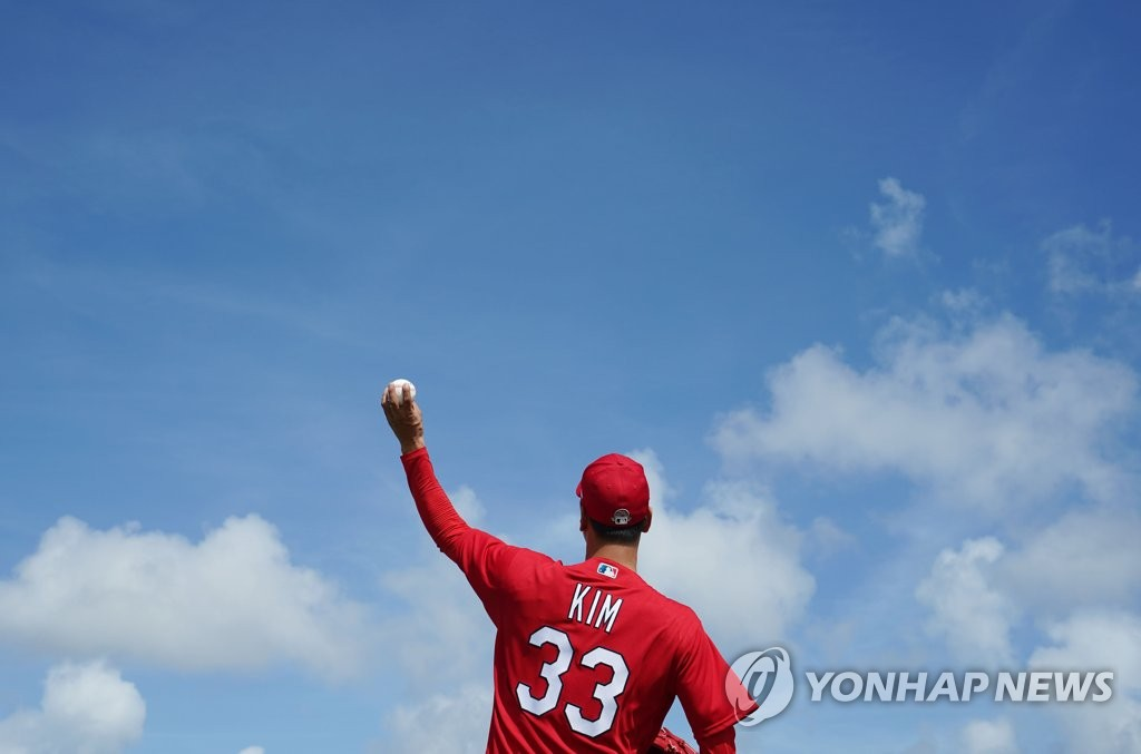 Kim Kwang-hyun of the St. Louis Cardinals does a long toss during spring training at Roger Dean Chevrolet Stadium in Jupiter, Florida, on Feb. 12, 2020. (Yonhap)