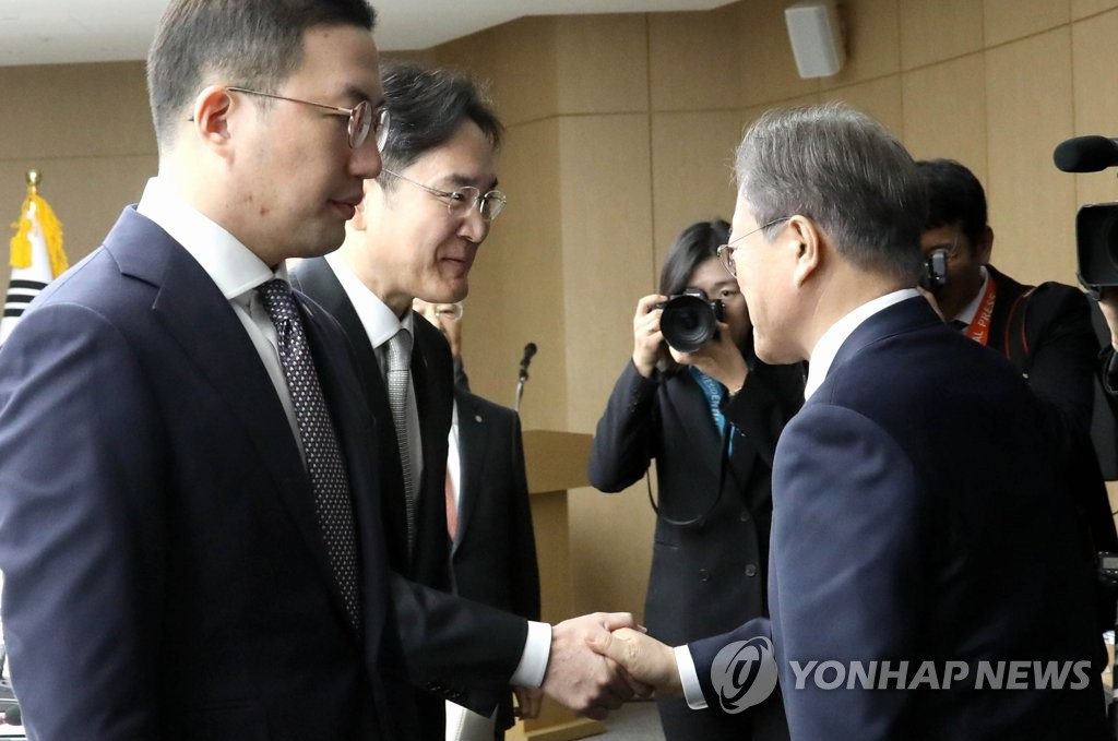 President Moon Jae-in (R) shakes hands with de facto Samsung Group head Lee Jae-yong ahead of a roundtable meeting at the Korea Chamber of Commerce and Industry (KCCI) in Seoul on Feb. 13, 2020. (Yonhap)