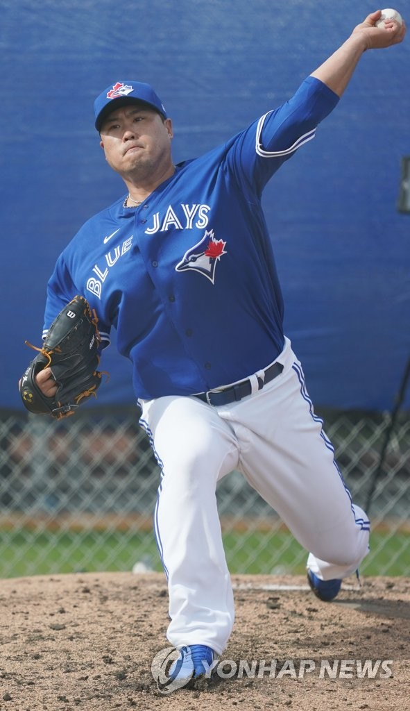 Ryu Hyun-jin of the Toronto Blue Jays throws a pitch during his bullpen session at a training facility outside TD Ballpark in Dunedin, Florida, on Feb. 13, 2020. (Yonhap)