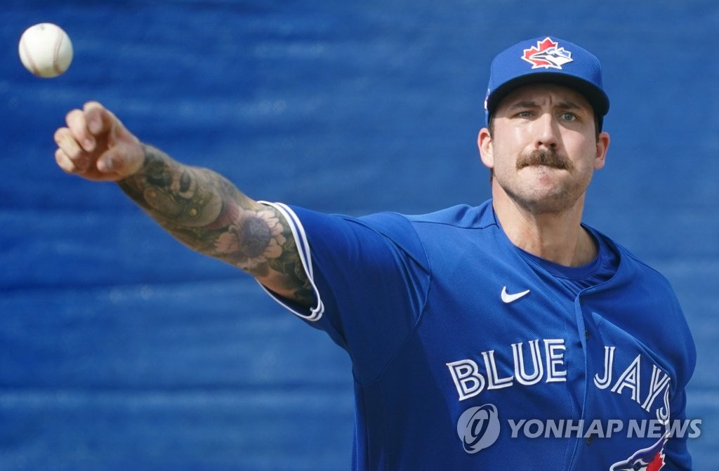 Phillippe Aumont of the Toronto Blue Jays pitches in the bullpen at Player Development Complex, a spring training facility for the club, in Dunedin, Florida, on Feb. 13, 2020. (Yonhap)