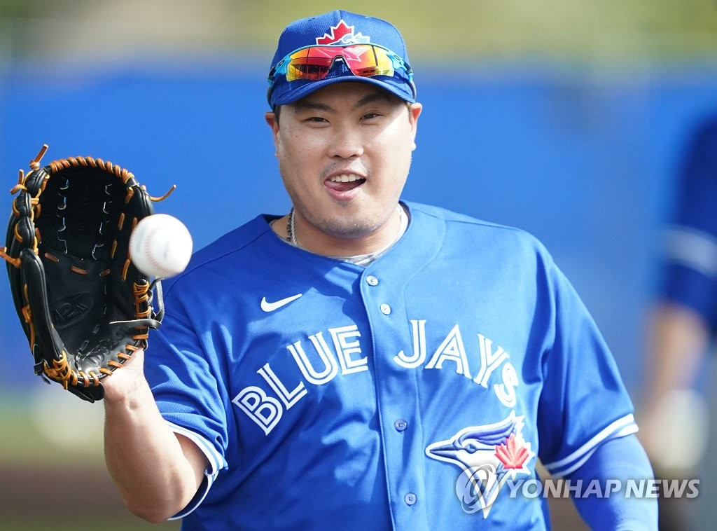Ryu Hyun-jin of the Toronto Blue Jays catches the ball during his fielding drill at Player Development Complex, outside TD Ballpark, in Dunedin, Florida, on Feb. 14, 2020. (Yonhap)