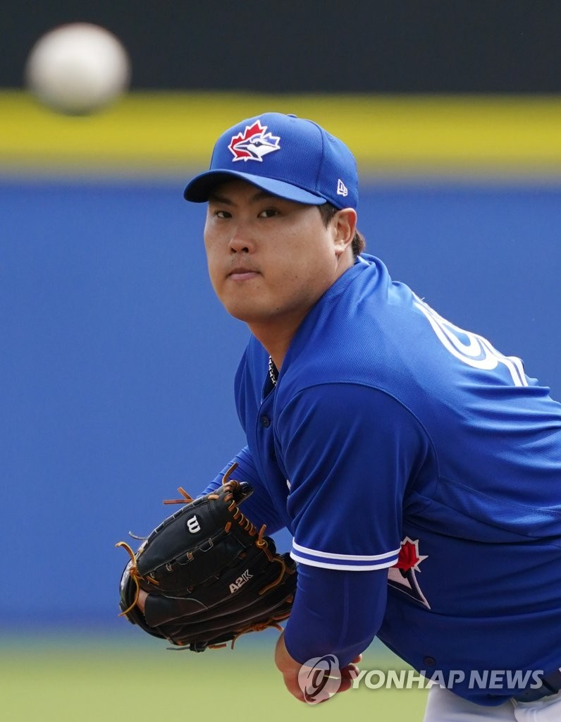 Ryu Hyun-jin of the Toronto Blue Jays pitches against the Minnesota Twins in a Major League Baseball spring training game at TD Ballpark in Dunedin, Florida, on Feb. 27, 2020. (Yonhap)