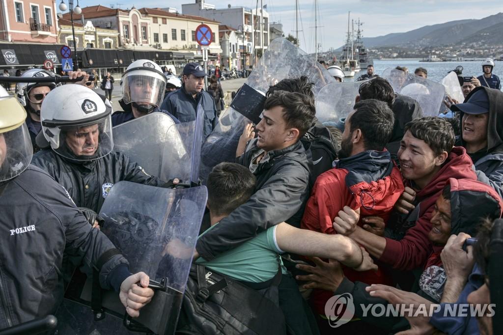 충돌하는 그리스 경찰ㆍ터키 이주민