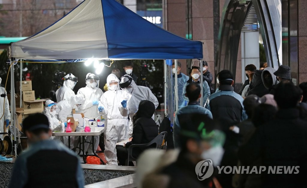 Health authorities and city officials run a virus screening center on March 10, 2020, in front of the Korea Building in southwestern Seoul where group transmissions were reported. (Yonhap)