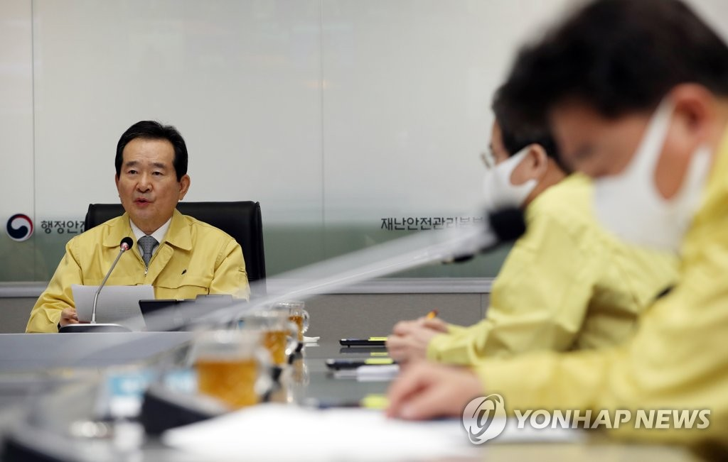 Prime Minister Chung Sye-kyun holds a pan-government meeting on coronavirus responses at the Seoul government complex on March 23, 2020. (Yonhap)